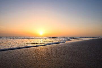 Zuid Hollandse Strand bij zonsondergang van Jim Looise