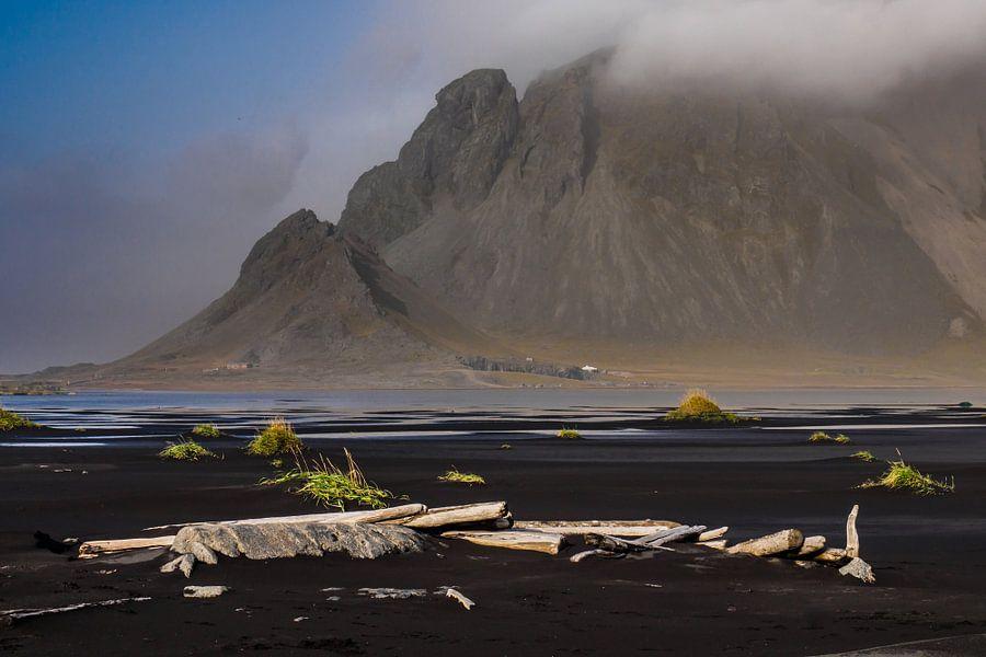 Vestrahorn in de wolken (Stokksnes, IJsland) van Edwin van Wijk