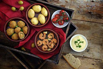 tapas espagnoles en entrée, olives cuites au four, crevettes, pommes de terre, tomates et ail en dia sur Maren Winter