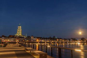 Skyline Deventer Lebuinuskerk maanlicht van Han Kedde