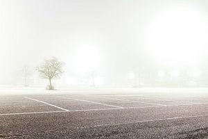 Verlaten parkeerplaats in de mist van