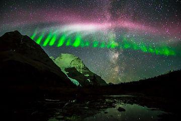 Tanzende Nordlichter mit der Milchstraße über dem Mt. Robson in den Canadian Rockies von Leo Schindzielorz