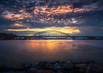 Waalbrug  net na zonsondergang van Jeroen Lagerwerf