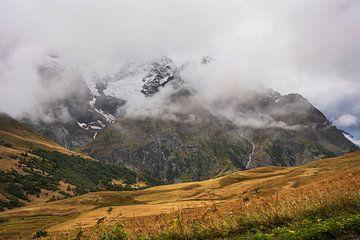 Schneebedeckte Gipfel in den französischen Alpen