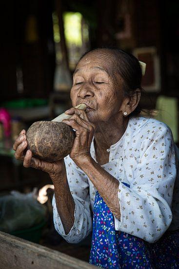 BAGHAN,MYANMAR, DECEMBER 12 2015 - Cheroot rokende oude vrouw in  Baghan.Wout Kok One2expose