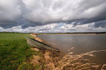 Roeiboot liggend aan waterkant van Moetwil en van Dijk - Fotografie