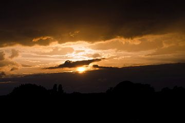 Zon zakt in de wolken van Lonneke Prins
