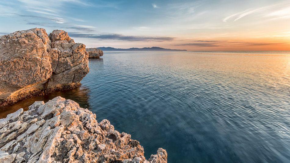 Zicht op zee bij zonsopgang