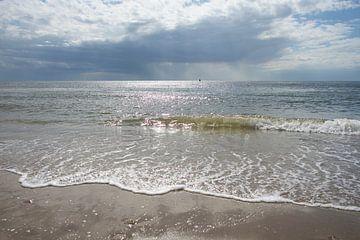 Het water van de zee dat het strand op spoelt.. van Wendy Duchain