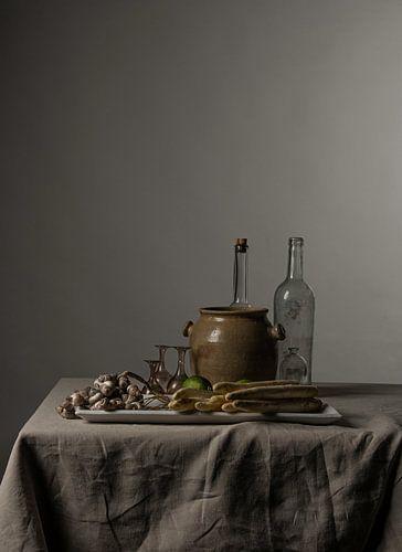 Modern stilleven met asperges, limoenen en schelpen [rechthoekig staand]