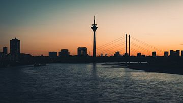 Düsseldorf bei Sonnenuntergang von Michael Blankennagel