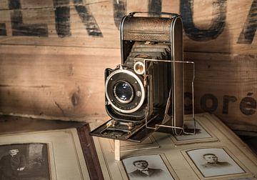 Antieke camera met een oud album van Peter Heeling