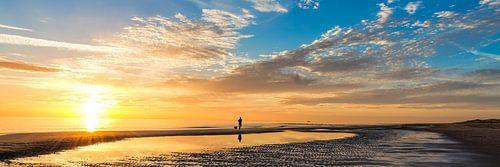 zomerse zonsondergang Nederlandse kust van