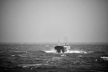 Schiff auf der Nordsee in hohen Wellen von Frank Hensen