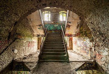 Un des escaliers dans un bâtiment abandonné sur