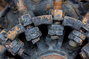 Closeup van bouten en moeren aan een stalen wiel van een oude motorploeg van