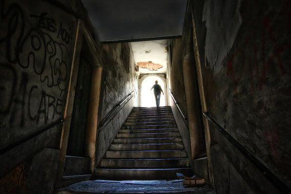 Silhouet van een vrouw aan het einde van een tunnel met trap. Wout Kok One2expose