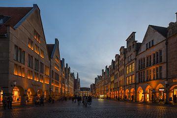 Münster, Prinzipalmarkt, Münster's goede kamer op het blauwe uur, kort na zonsondergang. van wunderbare Erde