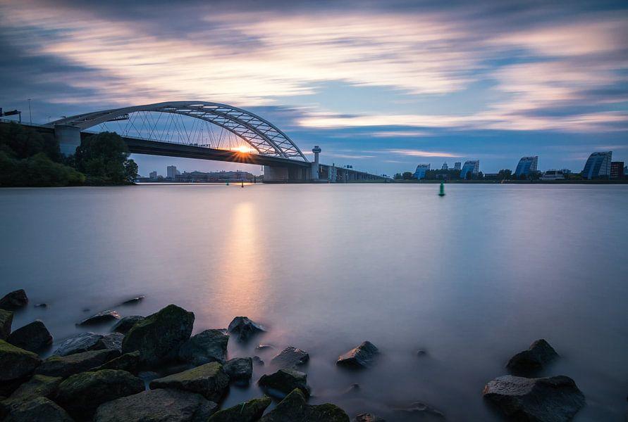 Zonsondergang bij de Brienenoordbrug van Ilya Korzelius