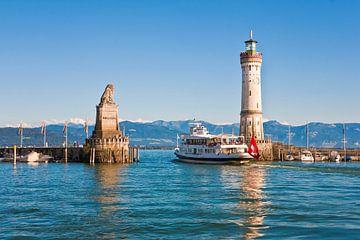 Schip in de haven van Lindau aan de Bodensee van Werner Dieterich
