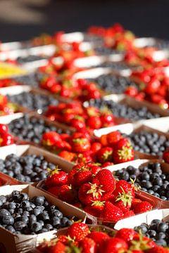 Frische Erdbeeren und Heidelbeeren in Schalen