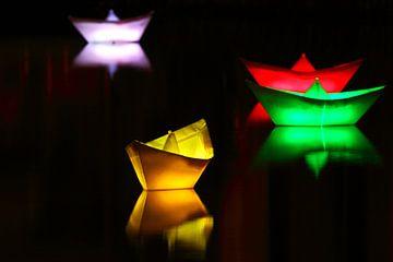 Beleuchtete Schiffchen auf einem See in der Nacht von Frank Herrmann