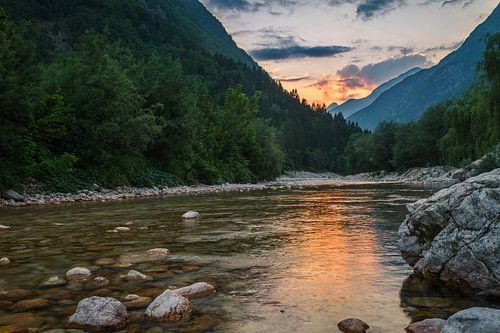 Lepena rivier bij zonsondergang van