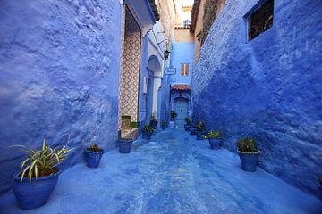 Straße im marokkanischen Chefchaouan mit blauen Wänden von Henny Hagenaars