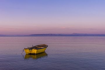 Gelbes Boot in violettem Abend. von Axel Weidner