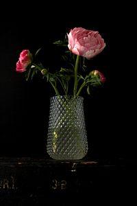 Bild einer Vase mit Pfingstrosen.
