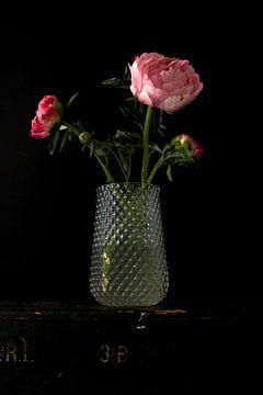 Foto van een vaas met pioenrozen. van Therese Brals