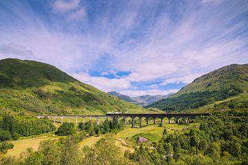 Jacobite Steamtrain over Glenfinnan viaduct. van Marleen Kuijpers