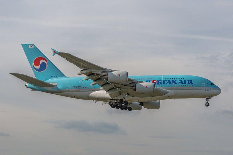 Airbus A380 van Korean Air in de landing gefotografeerd bij Londen Heathrow Airport. van Jaap van den Berg