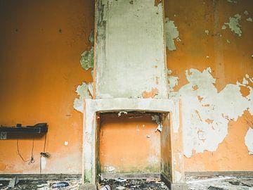 Un mur orange avec cheminée