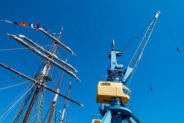 Segelschiff und Hafenkran im Stadthafen von Rostock von Rico Ködder