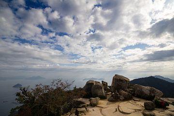 Uitzicht vanaf berg op Miyajima in Japan van Marcel Alsemgeest