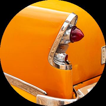 Oldtimer detail - achterlicht van gele Cubaanse auto van Marianne Ottemann - OTTI
