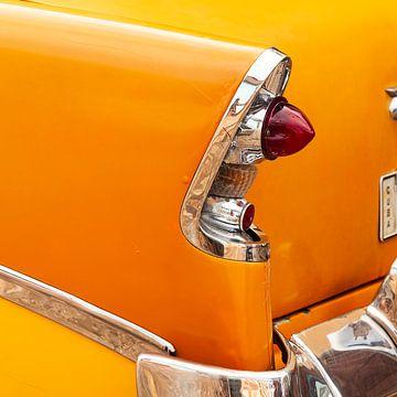 Détail d'une vieille voiture - feu arrière d'une voiture cubaine jaune sur Marianne Ottemann - OTTI
