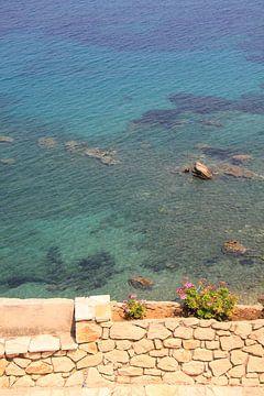 Steinbank und Mauer am Mittelmeer von Bobsphotography