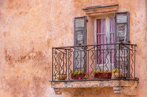 Mediterranes, altes Fenster mit Balkon