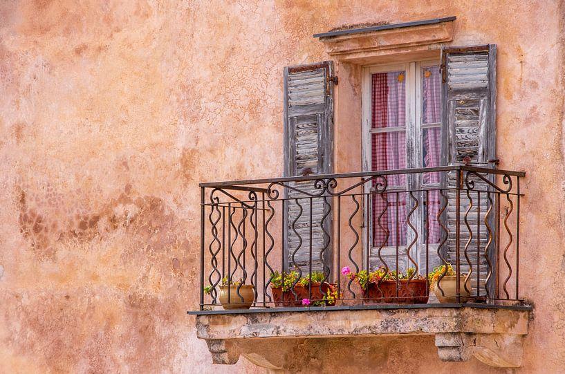 Mediterranes, altes Fenster mit Balkon von Fartifos