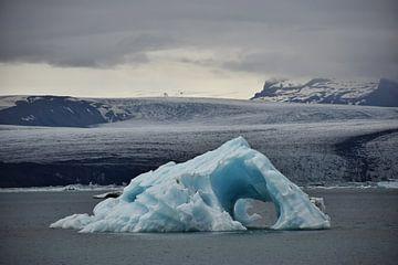 IJsberg in IJslands gletsjermeer van Elisa Hanssen