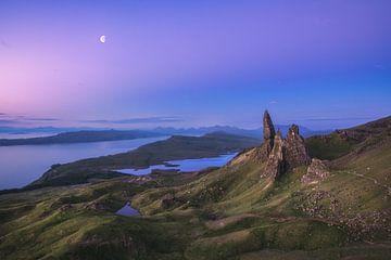 Schotland Old Man of Storr met maan bij zonsopgang van Jean Claude Castor
