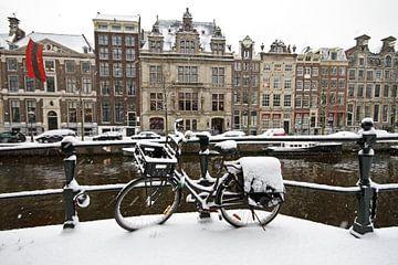Besneeuwd Amsterdam in de winter op de grachten van Nisangha Masselink