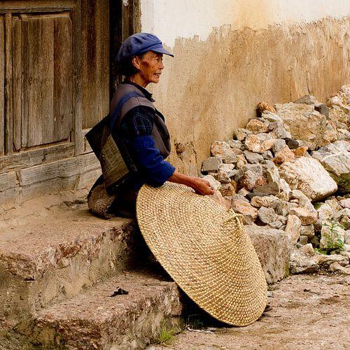 Vrouw met rijsthoed in China van
