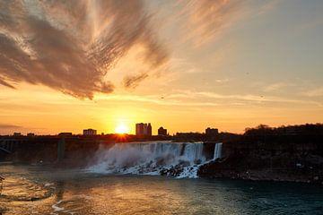 Niagara Falls tijdens zonsondergang van Jolene van den Berg