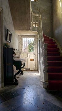 Gang met trap en piano. van Ivana Luijten