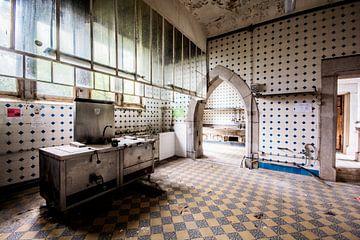 Een roestige keuken in een verlaten kasteel van Aurelie Vandermeren