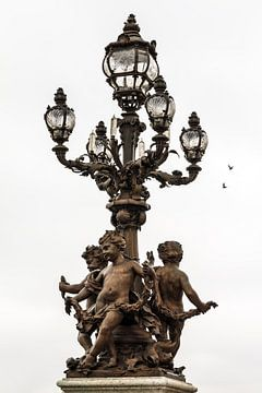 Laterne auf der Brücke Pont Alexandre III in Paris von Dennis van de Water
