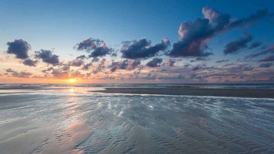 Eb op het strand van Terschelling bij zonsondergang - Low tide on the beach Terschelling at sunset van Jurjen Veerman